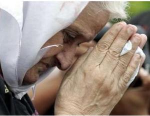 elderlywomanprayingforMumbaivictims