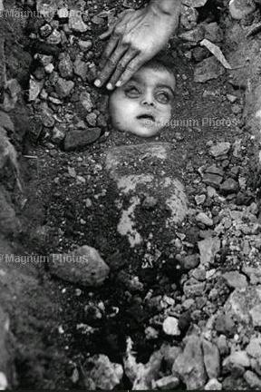Bhopal gas tragedy, 1984, India. Photographer Raghu Rai